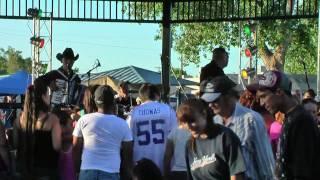 """""""El Gringo"""" performs SERÍAN LAS DOS"""