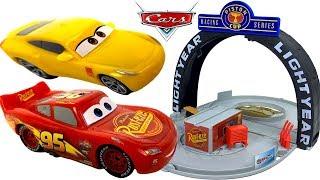copa piston set portatil rayo mcqueen y cruz ramirez velocidad maxima con juguetes de cars 3