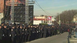 Cops turn backs on de Blasio at funeral