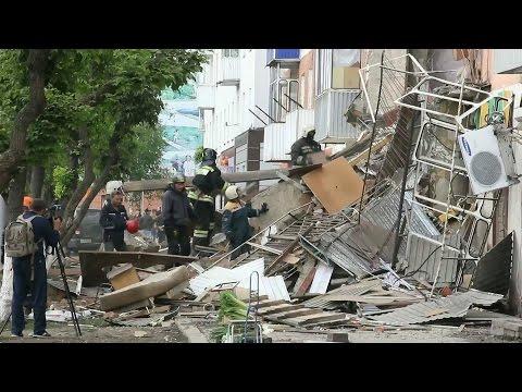 Ремонтные работы, судя по всему, привели к разрушению подъезда жилого дома в Кемеровской области.