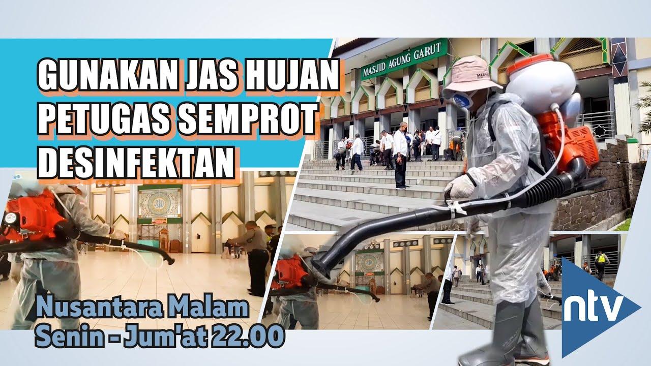 Gunakan Jas Hujan Petugas Semprot Desinfektan Di Masjid Agung
