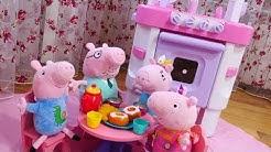 Pehmolelujen leikit. Äitipossun uusi keittiö. Uusi leluvideo tytöille.