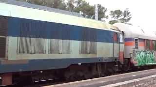 イタリア Sud-est線のロコロトンド駅に入線する客車列車