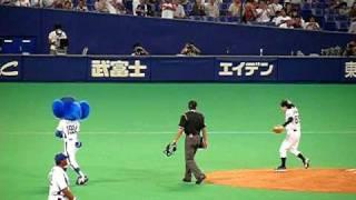 2009/8/25 ナゴヤドーム 欽ちゃんの始球式です。 ドアラが欽ち...
