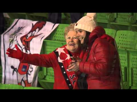 Vrouwelijke fan van Sporting Braga vermaakt zich prima in de Euroborg