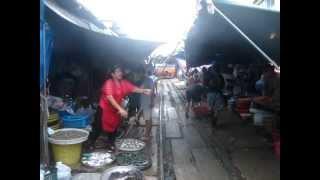 Mae Klong Railway Market, Train Running Through Market / Targ na torach i przejazd pociagu