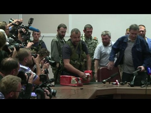 Ukraine rebels hand over MH17 black boxes