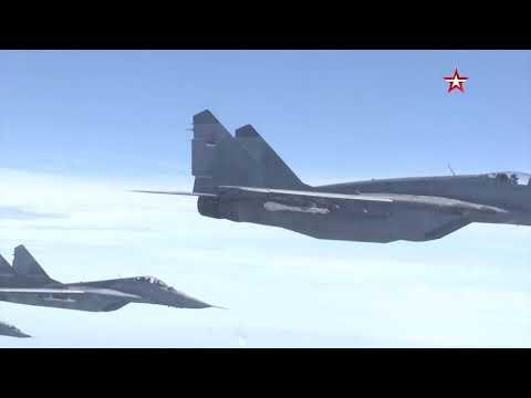 Сербские истребители МиГ-29 сопровождают самолет Шойгу