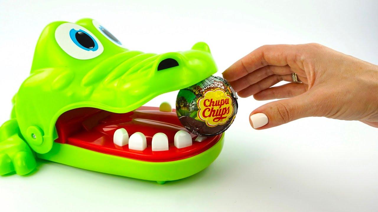 Крокодил Никита играет в игру сюрприз или конфета
