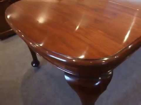 Edwardian mahogany dining table in Queen Anne style