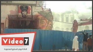 الجامعة الأمريكية تزيل سور الجرافيتى بشارع محمد محمود