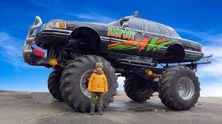 Весёлый Лёва на автошоу каскадёров смотрит на монстр траки и необычные машины