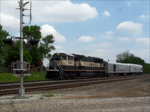Ex-Burlington Northern Executive MAC pulls BNSF Geometry Train
