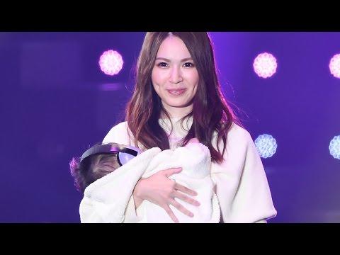菊地あやか、生後5カ月の第1子とランウエーに!「ママになっちゃいました」「TGC2015 AUTUMN/WINTER」(saita 創刊20周年SPECIAL STAGE)