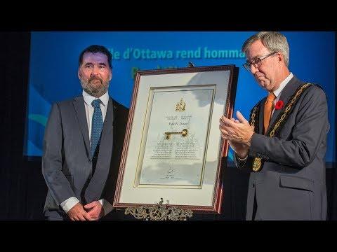 Paul Dewar receives key to the city