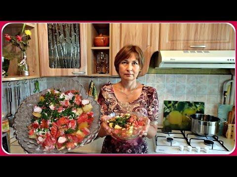 Салат из свежих помидоров с крабовыми палочками. Вкусно и быстро.