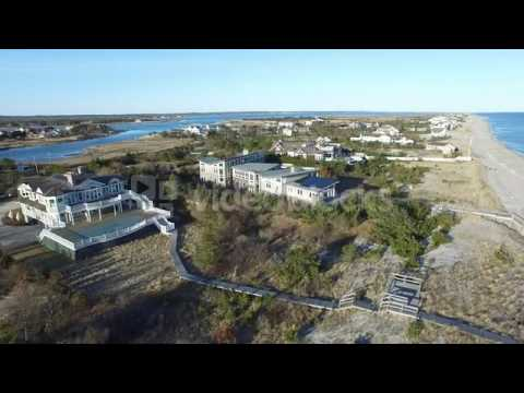 aerial pass over sea side mansions along ocean winter beaches hamptons long vy0so1hk