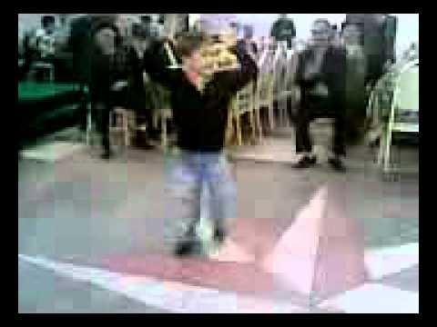 чеченский мальчик лихо отплясывает лезгинку