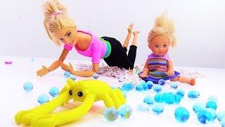 У Барби и Штеффи домашний краб. Видео для девочек