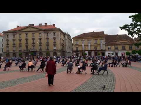 Concentrica II: Spectacol inedit de lectura organizat in Piata Libertatii. FOTO si VIDEO