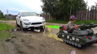 سينيا وصهريجه يساعدان في آلة عالقة في الوحل