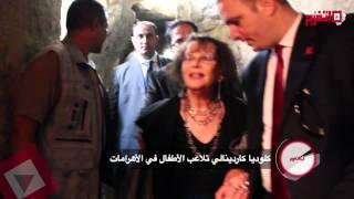 كلوديا كاردينالي تلاعب الأطفال في الأهرامات (اتفرج)