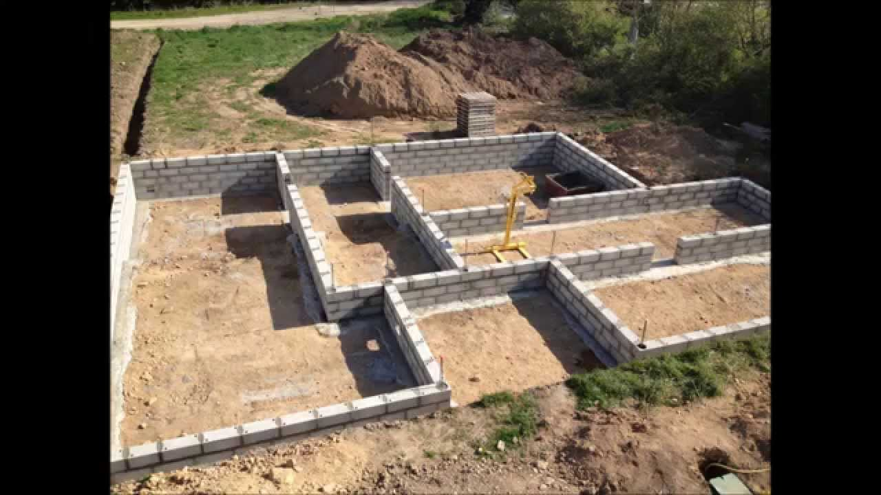 Etapes de construction d 39 un maison rt 2012 en brique youtube for Maison simple a construire
