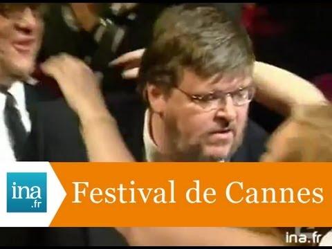 """Festival de Cannes: palme d'or à Michael Moore pour """" Farenheit 9-11"""" - Archive vidéo INA"""