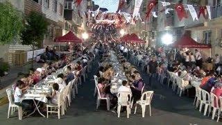 رمضان في تركيا: موائد إفطار جماعية في الشوارع