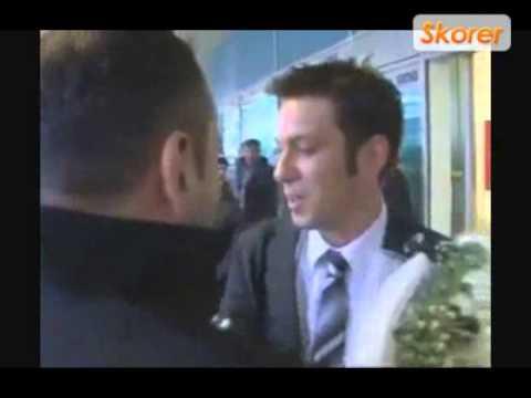 Ertem Şener, Fırat Aydınus'u çiçekle karşıladı