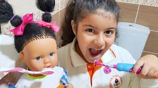Yağmur bebeğiyle birlikte dişlerini fırçalıyor-Eğlence Tv-I brushed my teeth with baby doll