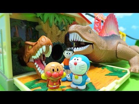 ドラえもんとのび太君とアンパンマンが恐竜からどこでもドアでにげるよぉ~♪とびだす4つの大冒険♪ゆうぴょん♪♪1042