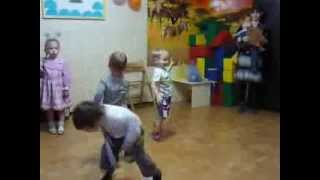 Девочки поют, мальчики танцуют(танцующий мальчик видео маленький мальчик танцует клип танцующий мальчик мальчик классно танцует ютуб..., 2013-08-29T20:20:40.000Z)