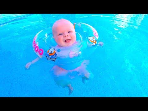 Наоми и Маргарита плавают в бассейне