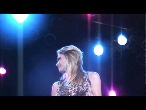 LeAnn Rimes-Cibrian singing