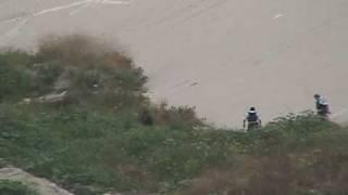 Corretean a migrantes en el canal