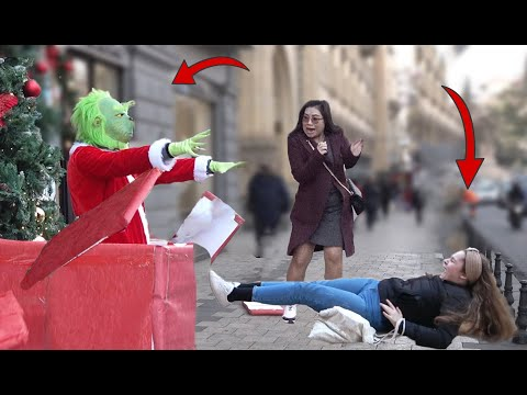 Grinch Jumps out of Gift box Prank 🍧🎄📆 - Grinch Scary Prank
