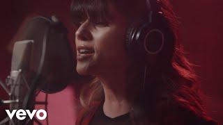 Смотреть клип Paula Fernandes - Nos Braços Do Amor