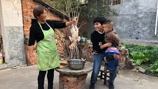 老公打工回家,婆婆炒一把大蒜,蒸4斤大公鸡,一家人围着吃