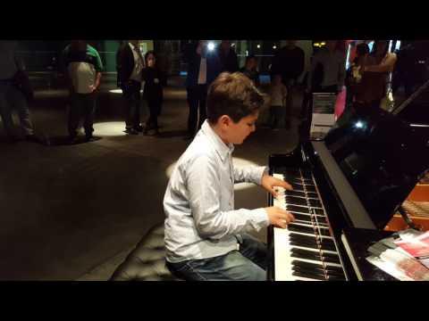 My Melancholy Blues - Queen, piano y voz, niño 11 años