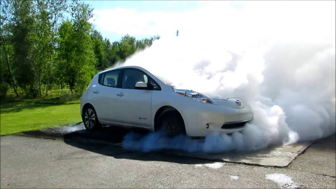 biggest nissan leaf burnout ever zero emission youtube. Black Bedroom Furniture Sets. Home Design Ideas