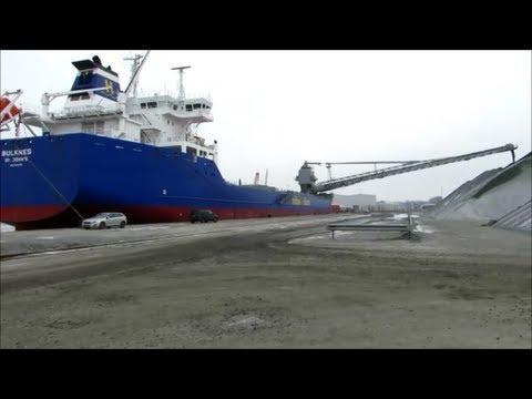Bulknes IMO 9384370 Selbstentladerschiff entlädt Kies Südkai Emden self-unloader Selbstlöscher