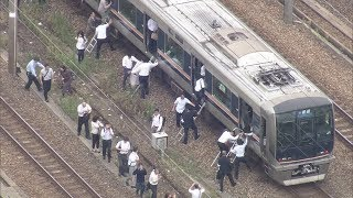 大阪北部地震で線路を歩いて駅に向かう乗客 thumbnail