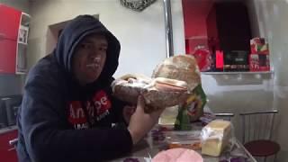 Ужинаю бутербродом с колбасой сыром и майонезом в 18:10 вечера