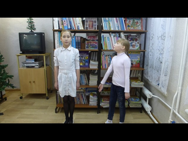 Изображение предпросмотра прочтения – «Дарина и Юля» читают произведение «Ворона и Лисица» И.А.Крылова