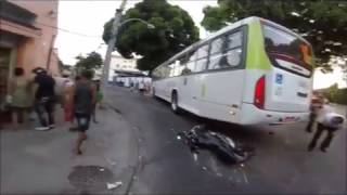 Ônibus atropela moto e piloto sai ileso / Bus rides motorcycle and pilot comes out unscathed