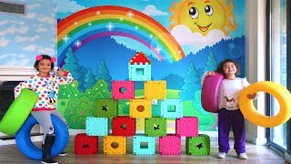Öykü ve Masal Renkli  Küplerle Piramit Yapıp Lastiklerle Devirdi- Funny Kids Video Colors Pyramid