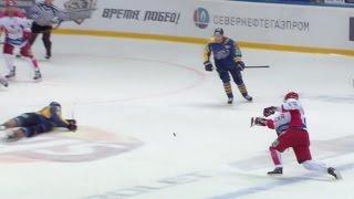 Шайба попадает в лицо М.Глухову после щелчка / M.Glukhov hit in face by Zaytsev slap shot