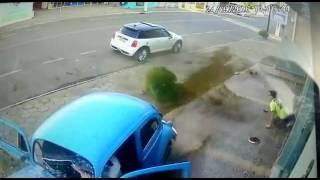"""""""فيديو"""" شاهد لحظة نجاة شاب من حادث دهس تحت عجلات فولكس واجن"""