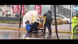 Peatón cayó al agua desde triciclo que lo ayudaba a cruzar la calle - CHV Noticias